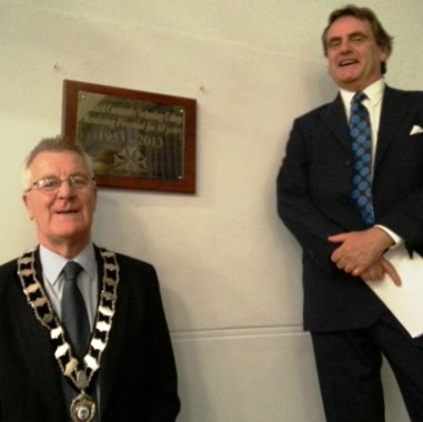 Town mayor Ian Smith and the Marquess of Abergavenny with the plaque.