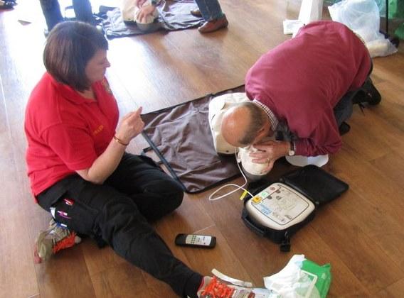 defibrillator-training-lion-david-airey-helen-fairs-instructing