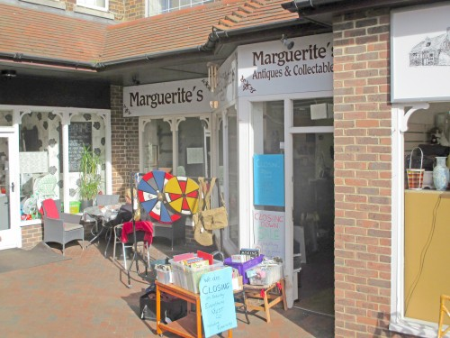 Former antiques and collectables shop has been let