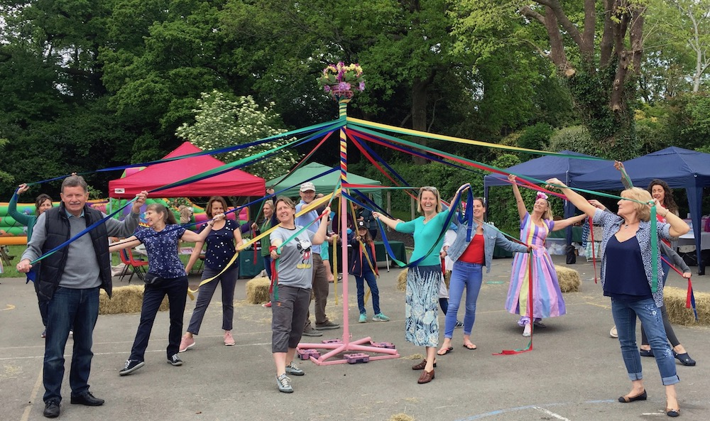framfield-fair-maypole-dancing-pose-tw