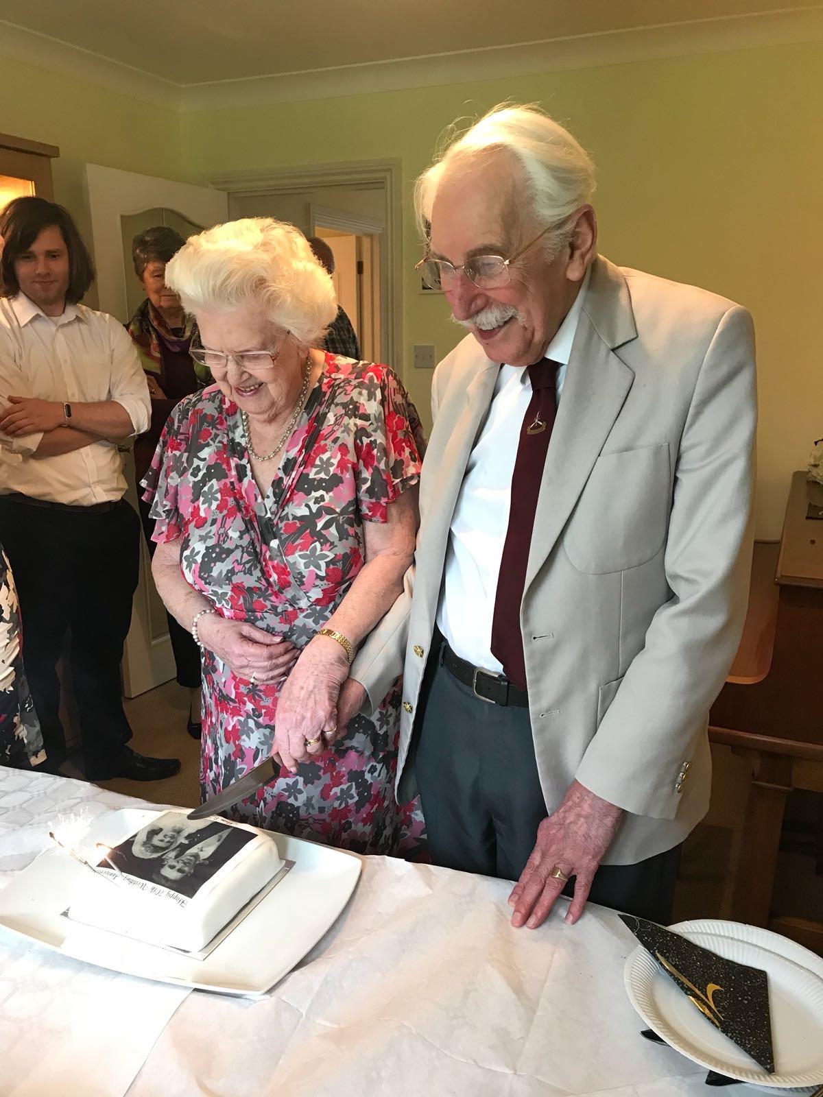 john-betty-white-howles-cutting-cake