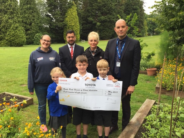 slm-toyota-uckfield-rocks-park-gemma-morris-simon-evinson-mel-ball-andy-best-and-children-with cheque