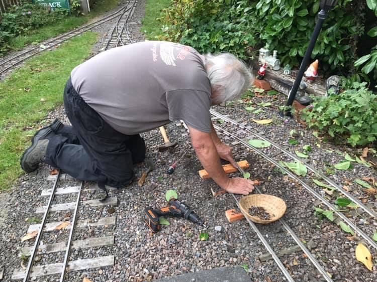 rileys-miniature-railway-larry-lewis-replaces-sleepers